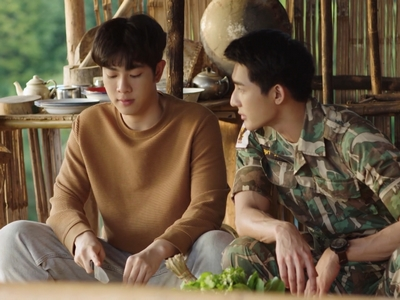 Tian and Phupha cook dinner together in Episode 4.