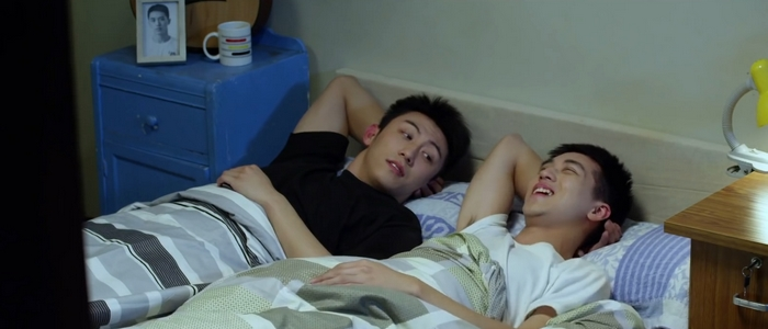 Bai Luo Yin and Gu Hai talking in bed. Note the picture of Bai Luo Yin by Gu Hai's bedside. Too cute!