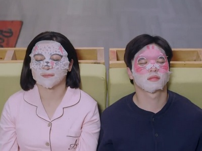 Shi Lei and his mom wear face masks together.