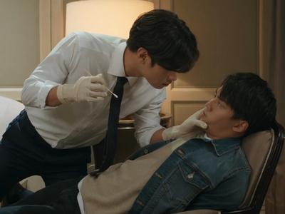 Jun Cheng forcibly takes a DNA sample from Lin Xun.