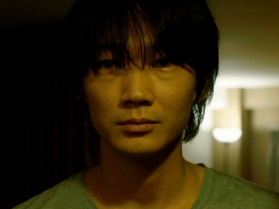 Konno is played by the actor Go Ayano (綾野剛).