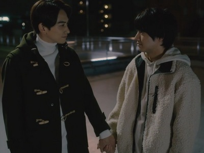 Adachi and Kurosawa hold hands as the reunite in the Cherry Magic ending.