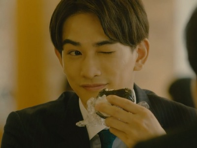Kurosawa winks at his boyfriend Adachi during lunch in the workplace.