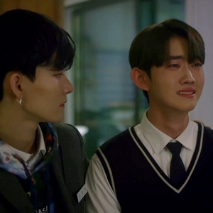Yeon Woo cries when he sees the colours in his mom's portrait for the first time.
