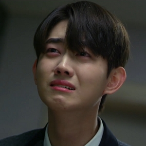 Yeon Woo cries when his aunt suggests that he should transfer schools to be away from Yoo Han.
