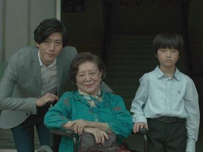 Jian-yi poses in a family portrait with You-yu and Xia-yu.