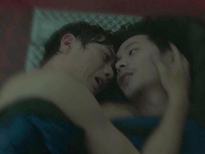 Jian-yi embraces Li-wei as he is dying from altitude sickness.