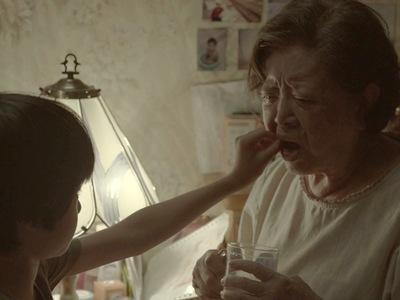 You-yu murders his grandma by feeding her the drugs.