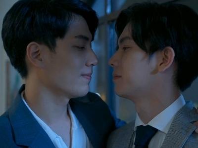 Shi De and Shu Yi stare into each other's eyes.