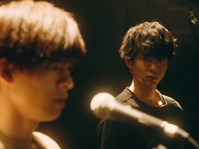 Uenoyama looks at Mafuyu before his live performance.