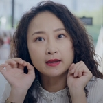 Sister Wang is played by the actress Liao Yi Sing (廖怡裬).