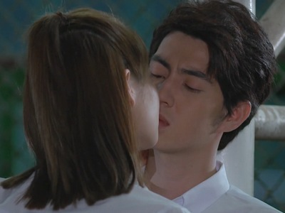 Wit and Kaew kiss behind Win's back.