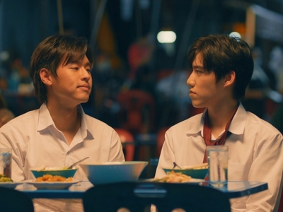 Teh and Oh-aew have dinner together after their first day of university.