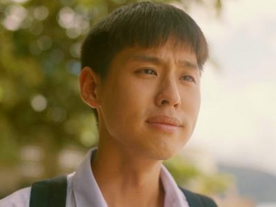 Teh gives a tearful apology to Oh-aew on the beach.