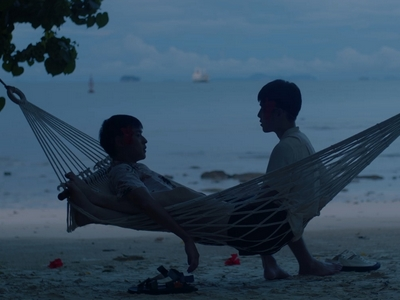 Oh-aew confronts Teh about his feelings in the hammock.