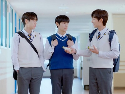 There's a love triangle between Tae Hyung, Shin Woo, and Da On.