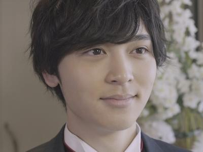 Izumi is played by the actor Mahiro Sugiyama (�山真�).