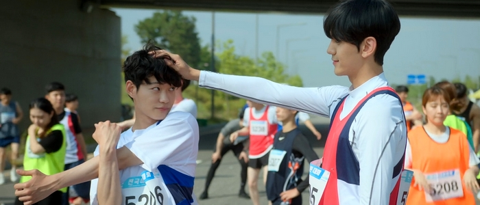As his pacemaker, Sang Ha is there to help Jin Won succeed in his marathon races.