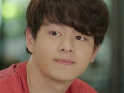Jin is portrayed by the actor Jom Thanathorn Khuankaew (ธนธรณ์ เขื่อ��้ว).
