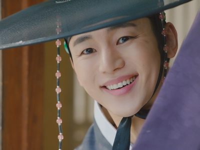 Ho Seon's actor looks good in clothing from this time period.