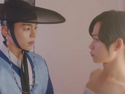 Ho Seon helped Ki Wan take his measurements in the dressing room.