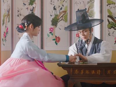 Ho Seon takes care of an injury on Ki Wan's hand.