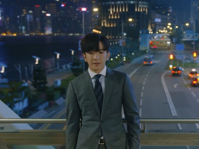 Muk waits for Tin on the bridge in the Ossan's Love ending, but he never shows up.
