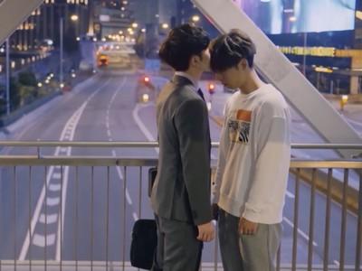 Muk kisses Tin on the forehead on the bridge scene.