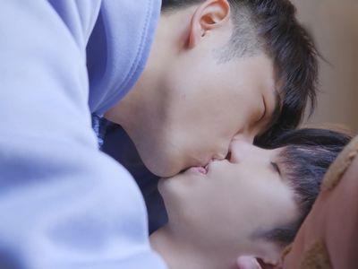 Tin and Muk kiss at the end of Ossan's Love Hong Kong.