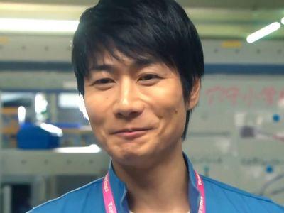Shino is played by the actor Shigeyuki Totsugi (戸次�幸).