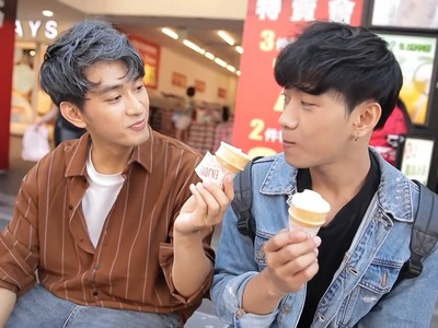 Xiao Le and Su Wei start off as university students who are attracted to each other.