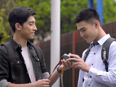 Li Xiang Wen introduces Xia Zhi Chen to his passion in photography.