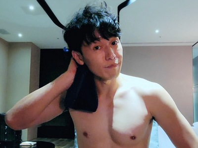 Bo Chun is impressed when he sees Sato's shirtless body.