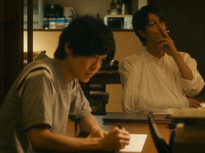 Kuzumi helps Kijima to transcribe his manuscripts.
