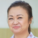 Chonlatee's mom is played by the actress Jennifer Kim (เจนนิเฟอร์ คิ้ม).
