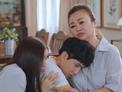 Pang and Chonlatee's mom comfort him after his failed kiss.