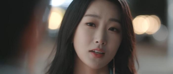 Yoo Jin is Sang Yi's boss and trusted confidante.