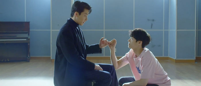 You Make Me Dance is about the overlapping worlds of a dancer, Si On, and a loan shark, Hong Seok.