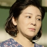 Jia Han's mom is played by the actress Lotus Wang (王彩樺).